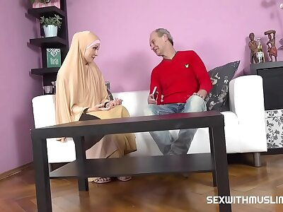 Chesty muslim daughter knows in whatever way tu suck a locate
